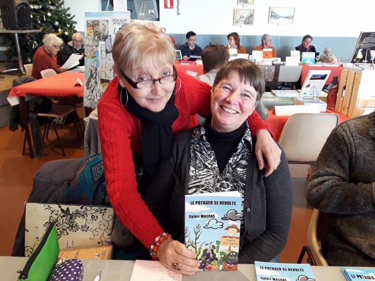 Avec mon amie auteure, Martine, sur mon stand.